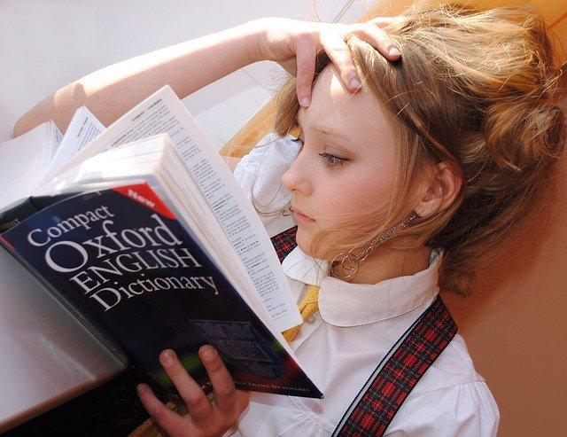 英語の本を読む少女